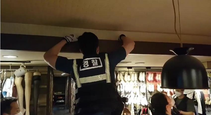 성매매업소 수색하는 경찰관들.jpg
